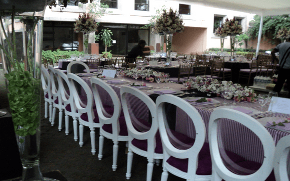 Montaje de mesas para el banquete de tu boda - Foto Gastro Uno Banquetes