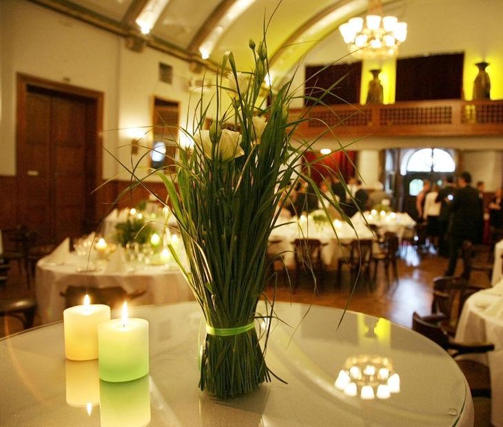 Beispiel: Tischdekoration, Foto: Blumenhaus am Hofgarten.