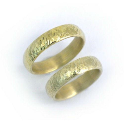 Beispiel: Goldring mit rauer Oberfläche, Foto: Schmuck Hautnah.