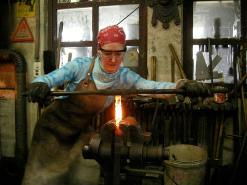 Beispiel: Maja Zbinden-Jermann bei der Herstellung von Damaszenerstahl, Foto: Elements4art.