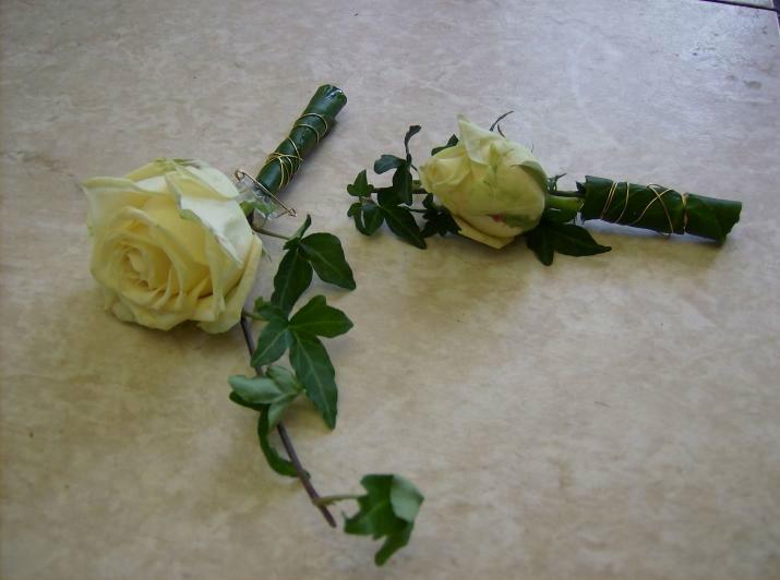 Beispiel: Anstecker aus Blumen, Foto: Blumen Schuster.