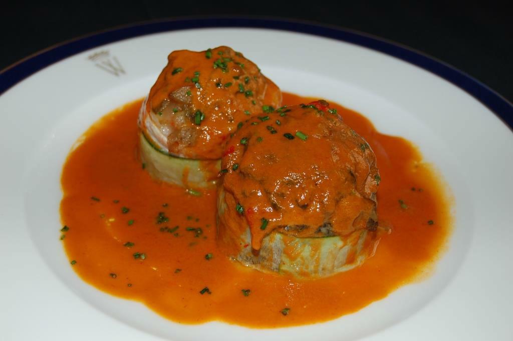 Lubina rellena de verduras asadas con salsa romescu.