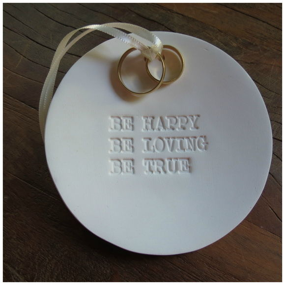 Porta alianças em porcelana com carimbo Be happy, be love, be true