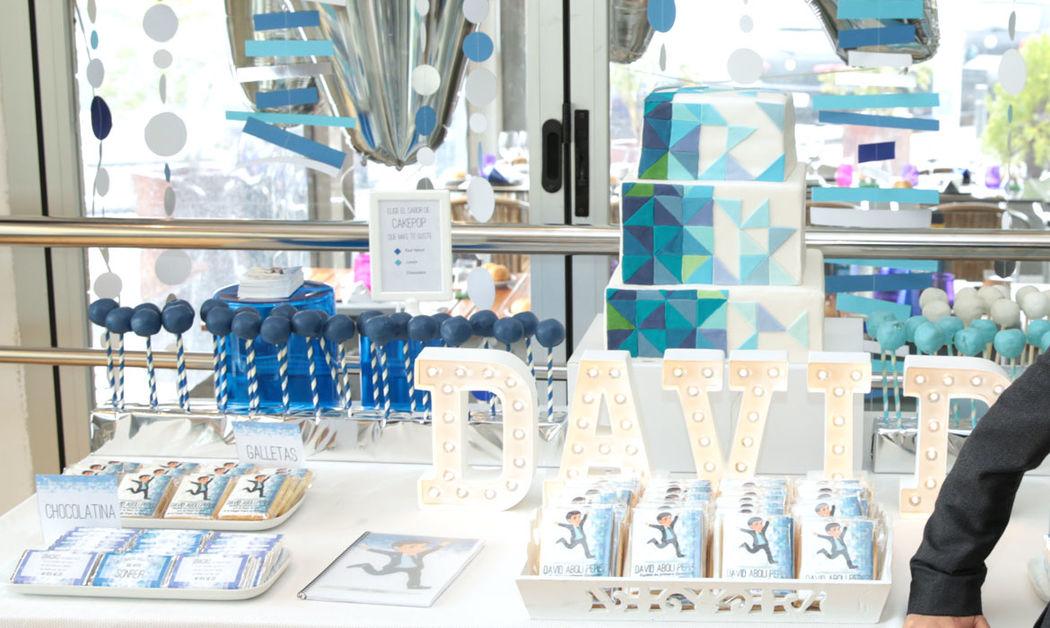 Mesa de dulces con temática geométrica y tonos azules