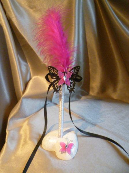 stylo papillon noir fushia sur socle coeur
