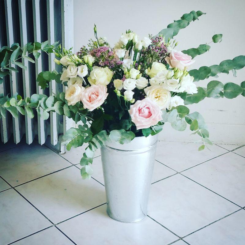 Composition florale en pot en zinc pour les buffets d'extérieur