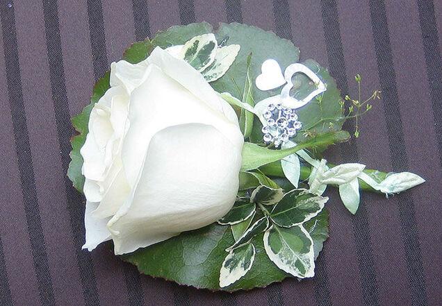 Beispiel: Blumenanstecker, Foto: Blumen-Heidi - Die Floristen-Werkstatt.