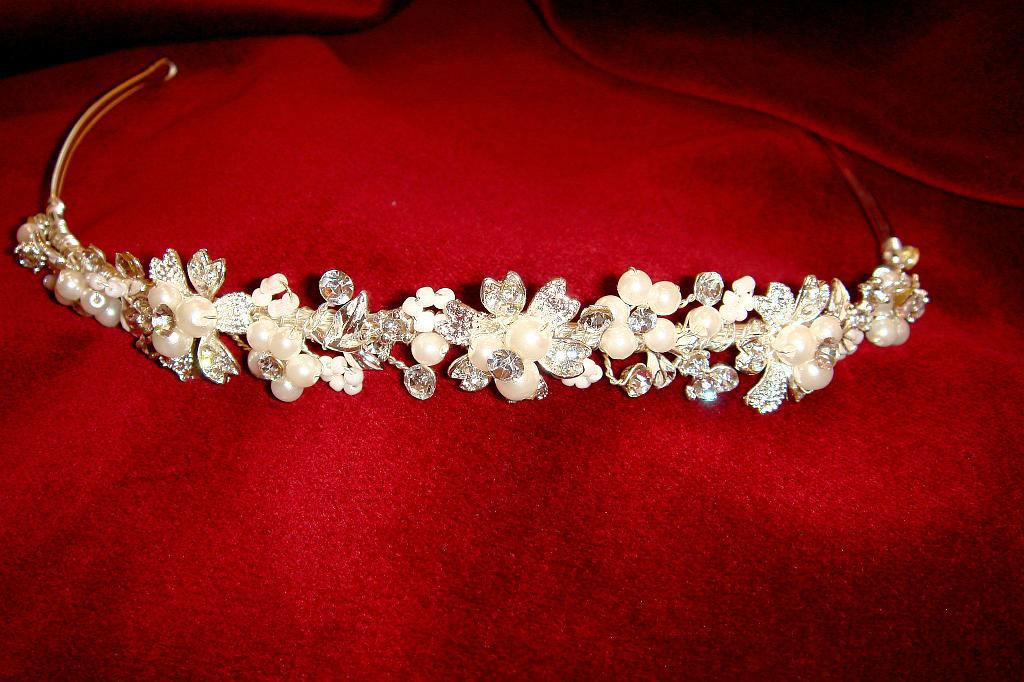 Beispiel: Diadem, Foto: Der Brautladen Accessoires.