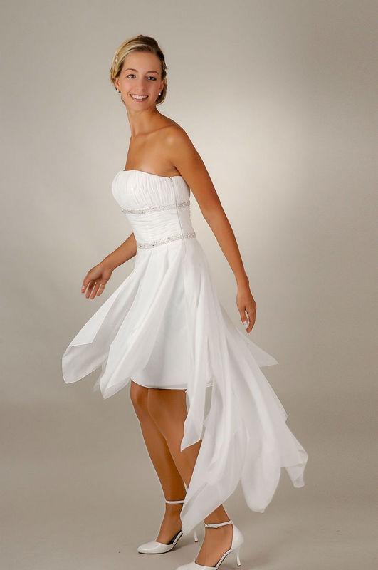 Beispiel: Brautkleider für das Standesamt, Foto: Saray Brautmoden.