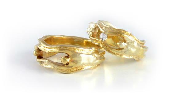 Beispiel: Eheringe in Gelbgold mit Brillant im Damenring, Foto: Martin Seier.