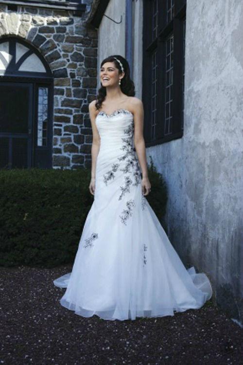 Beispiel: Trägerloses Brautkleid mit Stickerei, Foto: Daniela´s Weddingfashion.
