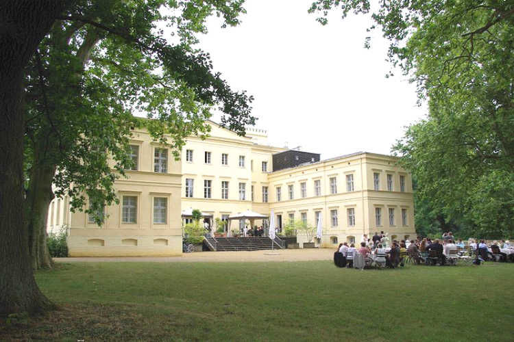 Beispiel: Schloss mit Hochzeitsgesellschaft, Foto: Schloss Steinhöfel.