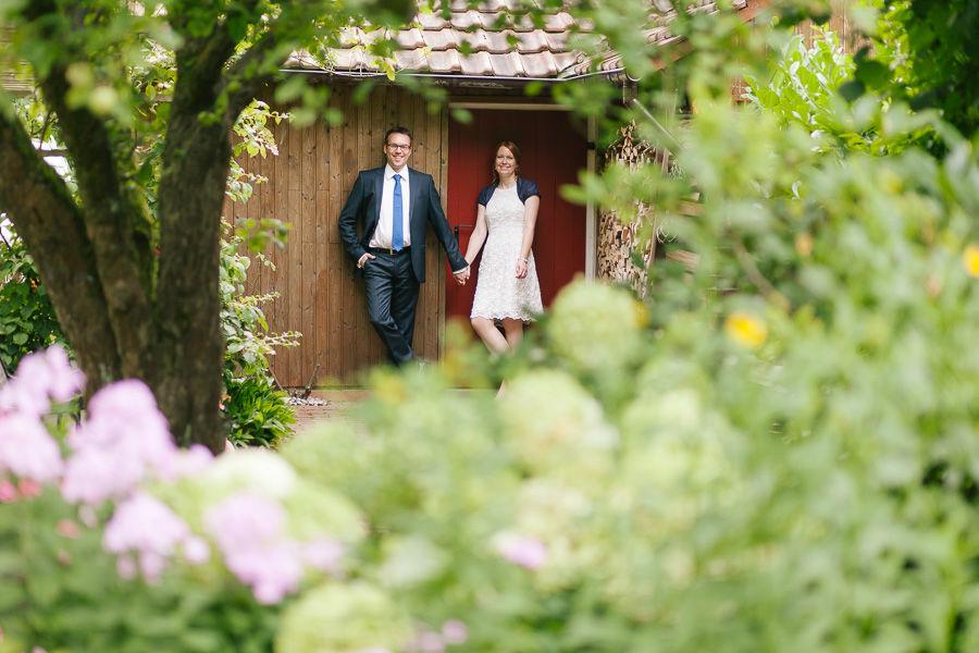 Hochzeitsportrait im elterlichen Garten