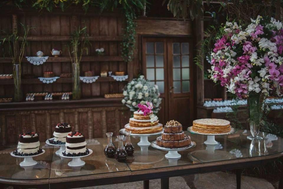 Mesa de bolos para casamento: Red Velvet. bolo de Baunilha com creme ingles, bolo Bem Casado