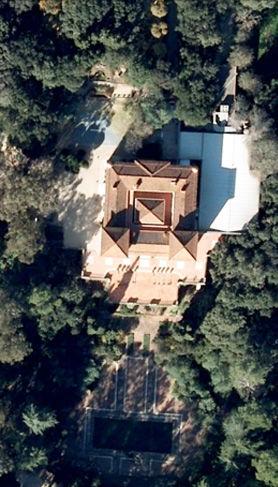 Vista Aérea del Edificio Principal y Jardines