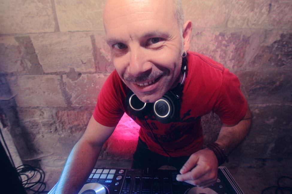 DJ Malkovitch - Disponible & Enthousiaste vous accompagne tout au long du processus d'organisation de la soirée.