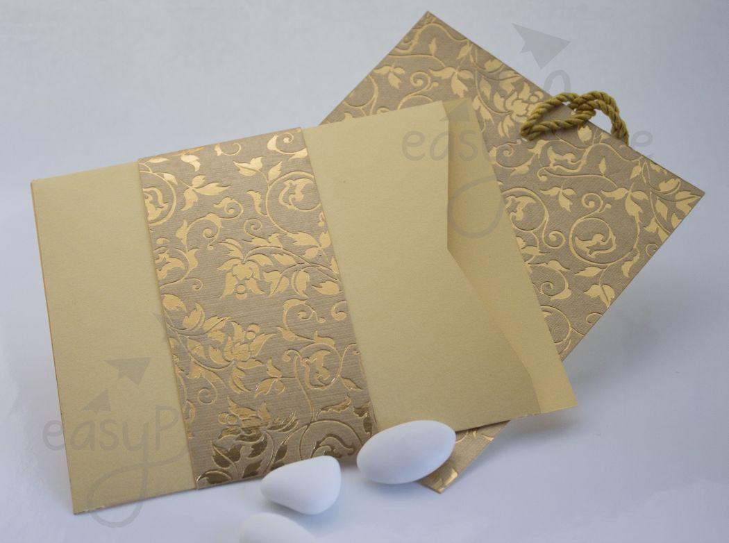 Una partecipazione dai toni un po' orientali. L'invito e l'annuncio sono racchiusi in un'elegante folder in carta satinata impreziosito da un anello in carta con rilievi metallizzati