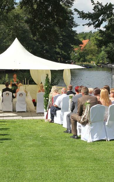 Beispiel: Trauungszeremonie im Park, Foto: Hotel residenz am Motzener See.