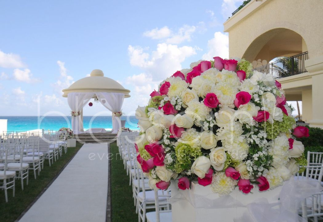 Decoración de Gazebo con el mar caribe atrás. Gazebo decor with the caribbean ocean as backdrop.