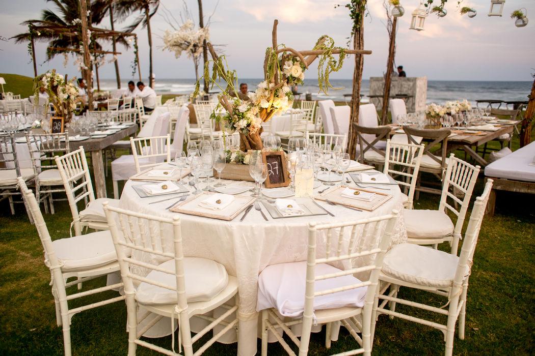 Locación: Tres Vidas  * Fotografo: Michaud Films  * Decoración: Elegante Blanco y Maderas rústicas  * Banquete y Decoración: Banquetes Larekhi