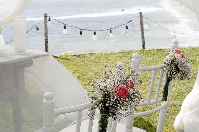 Detalle de flores para silla de novios en una boda en la Playa!