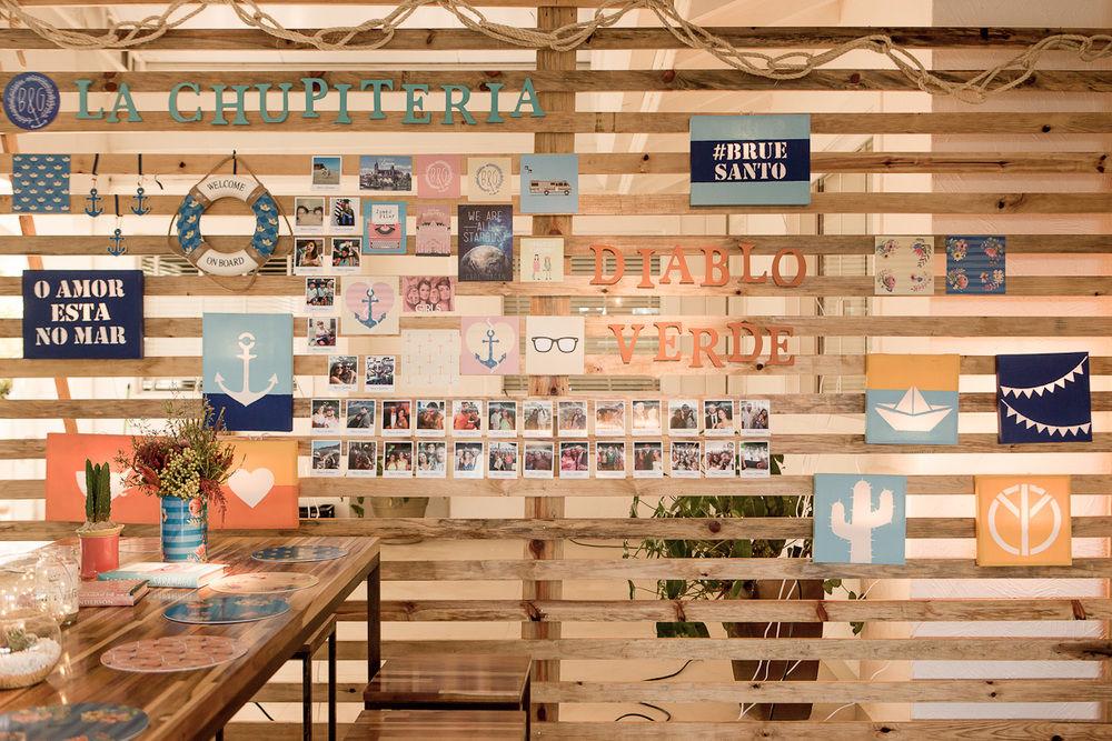 O backdrop contou a história dos noivos através dos quadros-luminárias, posteres e lugares marcantes