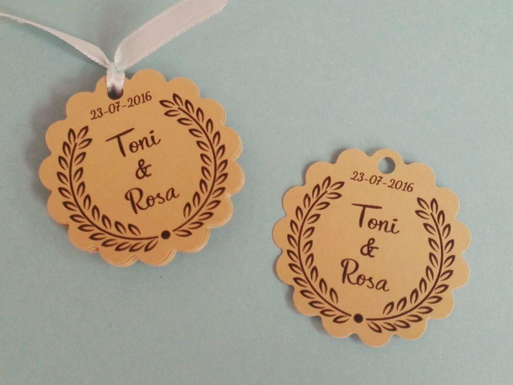 Etiquetas color craft con borde festón, personalizadas para Boda. 5cm de diámetro.