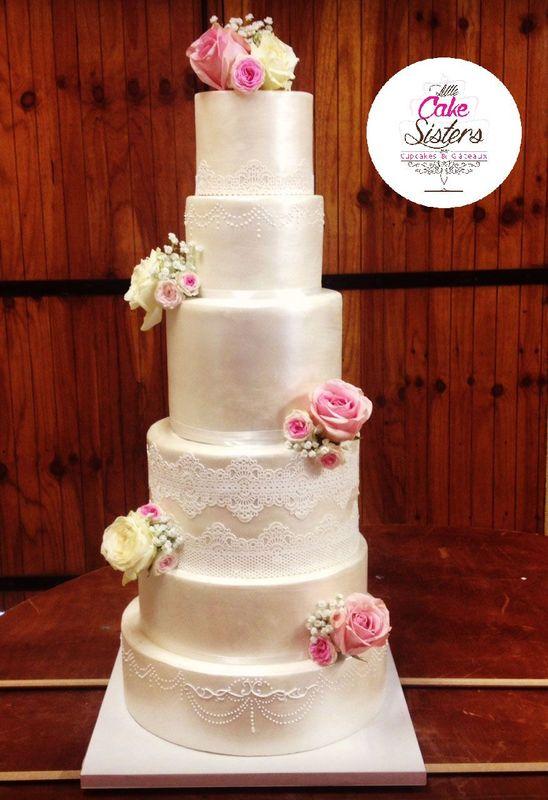 wedding cake nacré et fleurs fraiches