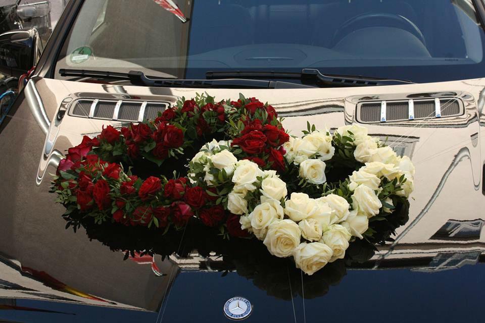 Beispiel: Dekoration des Hochzeitsautos, Foto: Nadja Meyer Floristik.