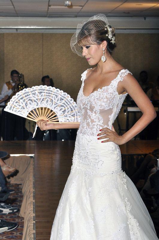 vestido con transparencia de encaje ,te da un toque de romanticismo con el complemento de l tocado , todo los accesorios los encuentras en BELLANOVA.