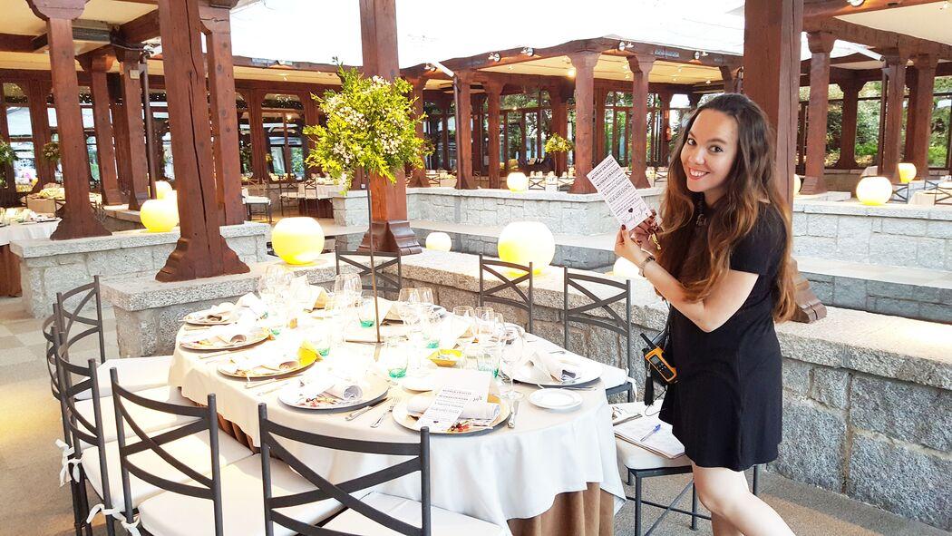 Airin Rojas colocando los menús en las mesas de los invitados.