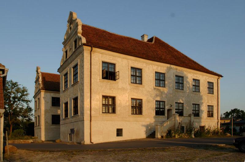 Beispiel: Ansicht Westflügel, Foto: Schloss Schmarsow.