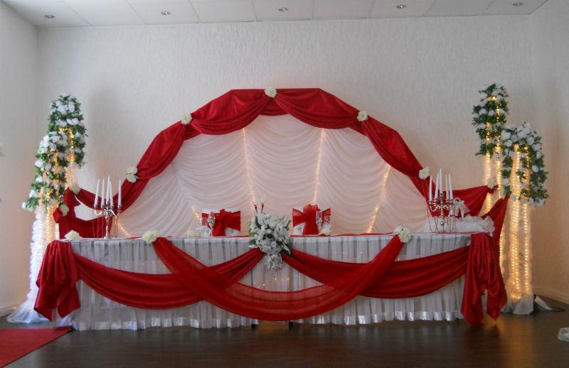 Beispiel: Dekoration des Brautpaartisches, Foto: Arkadas Dekorasyon.