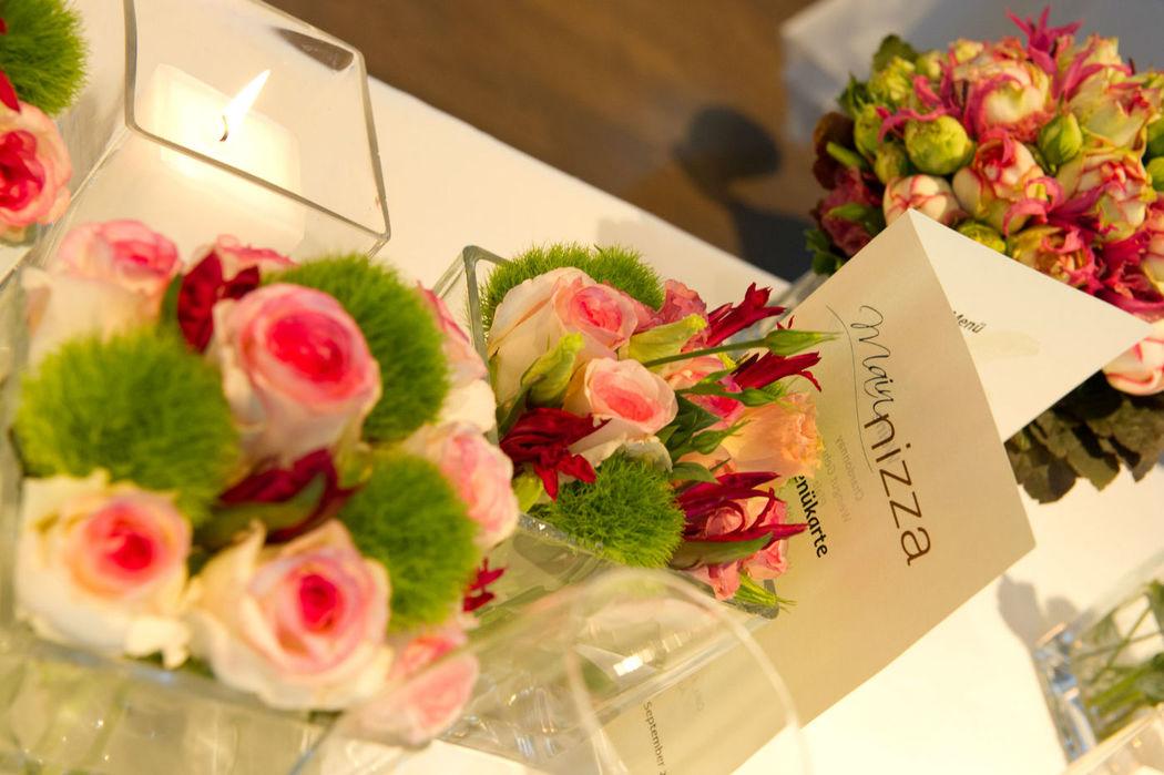 Beispiel: Tischdekoration - Blumenschmuck, Foto: Mainnizza.