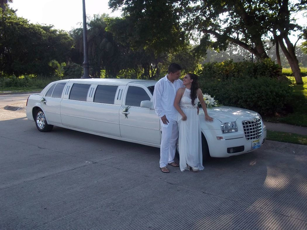 Chrysler 300c,Capacidad para 7 pasajeros, color Blanco,Sonido,Iluminacion interior y exterior, Quemacoco, A/C