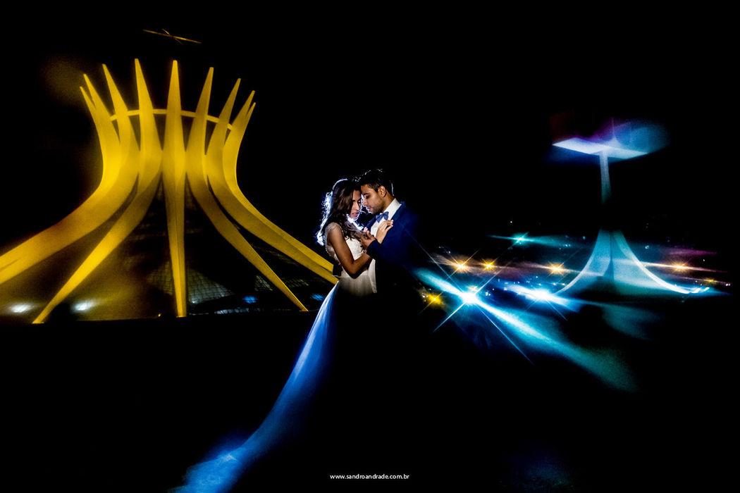 Casamento em Curvelo-MG. Ensaio pós casamento do querido casal Christian e Ester aqui em Brasilia, Catedral ao fundo. Sandro Andrade Fotografia