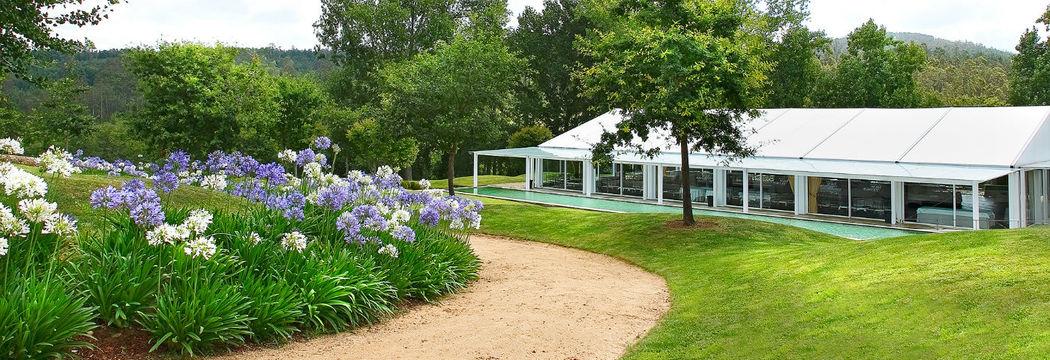 Pabellón de Celebraciones integrado en los jardines