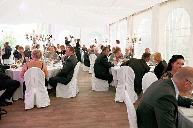 Beispiel: Hochzeitsgesellschaft, Foto: Beachclub Schleusenperle.