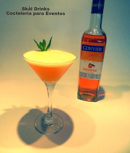 Cóctel Mandarin, Licor de Mandarina, Aguardiente colombiano, jugo de mandarina, miel y limón.