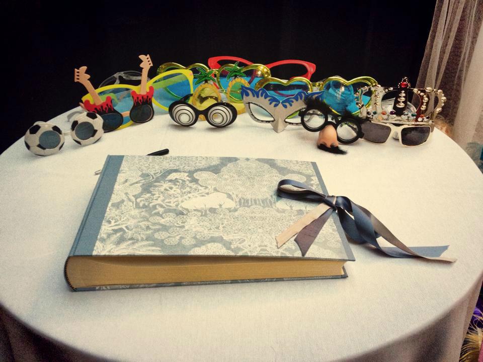 Photobooth di Alessandro Zingone - Reporter di matrimonio: servizi fotografici e cabina photobooth. Alcune maschere tipo carnevale e l' album per gli sposi.