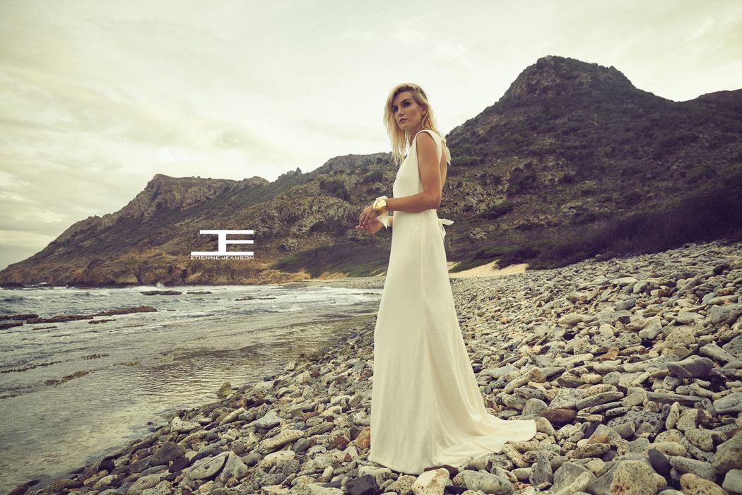 Etienne Jeanson capsule éco-friendly - robe longue en jersey de coton biologique, bracelet en or et verre soufflé à la main, sans plomb.