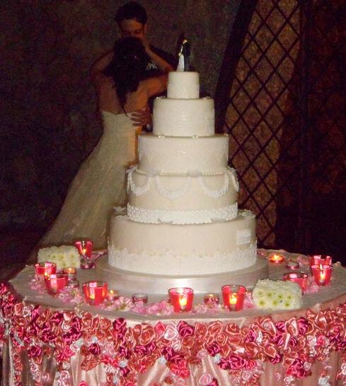 la maestosa wedding cake  sul tavolo pensato e creato per esaltarla