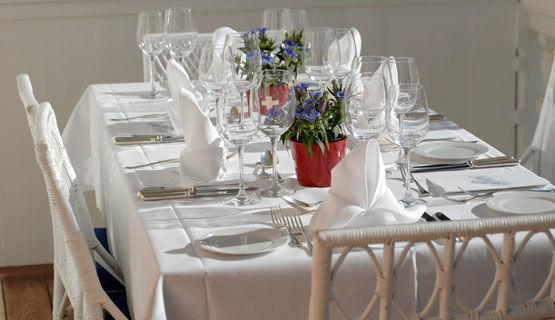 Beispiel: Festlich gedeckter Tisch, Foto: Schweizerhof Flims.