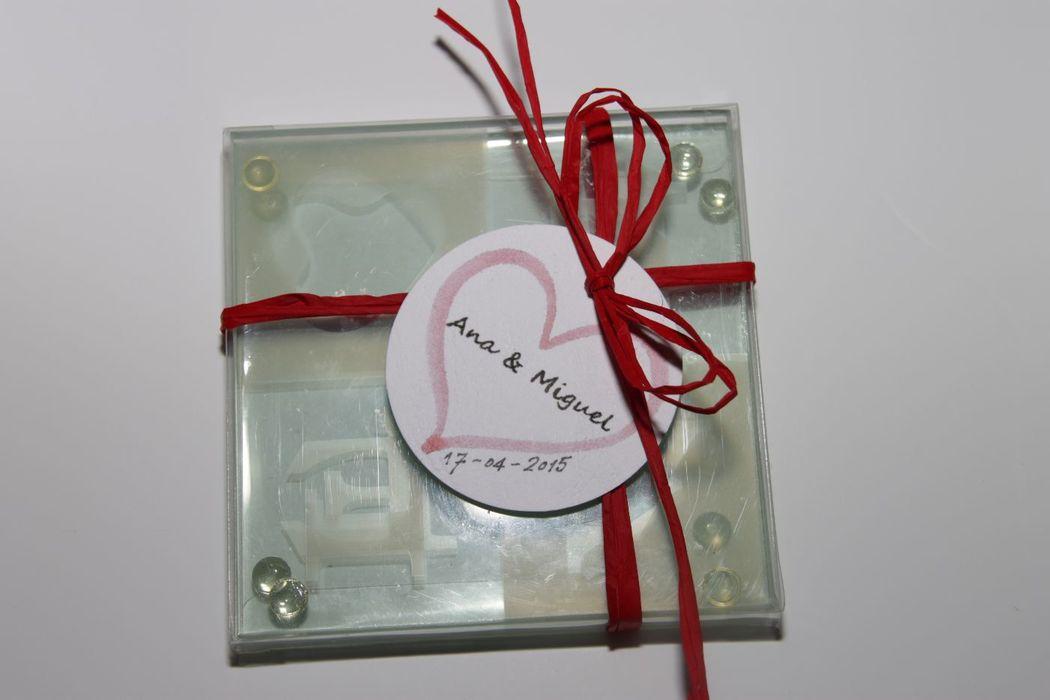 Posavasos  LOVE de cristal en caja transparente con 2 unidades de posavasos y con etiquetas personalizadas