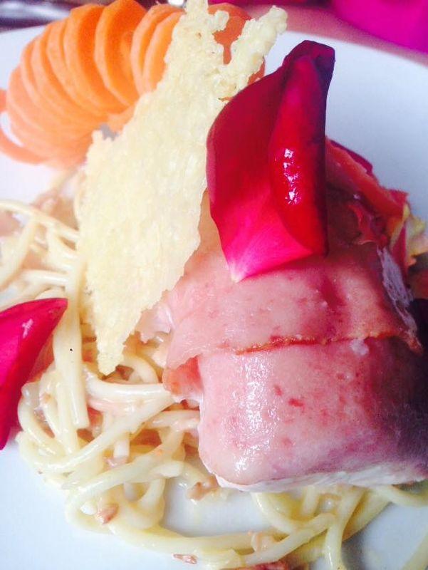 Popiette de pollo albardado de tocino. Ensalada griega