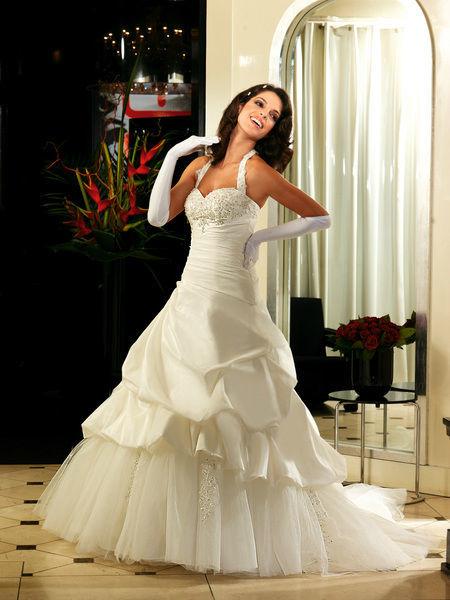Beispiel: Brautmode mit Stil, Foto: Oprée Brautmoden.