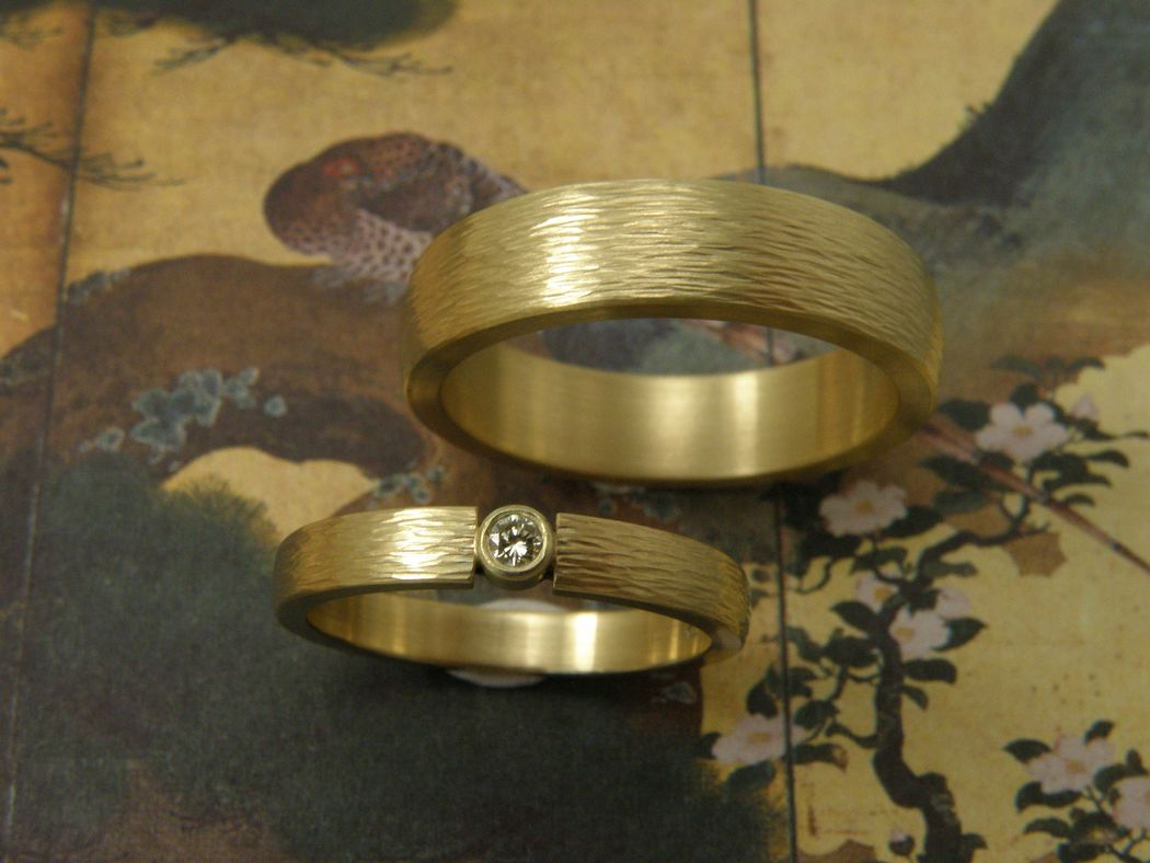 * geelgouden ring met spitse hamerslag met 0,05 crt cape briljant geslepen diamant * geelgouden ring met spitse hamerslag in brede versie * trouwringen uit het Oogst atelier