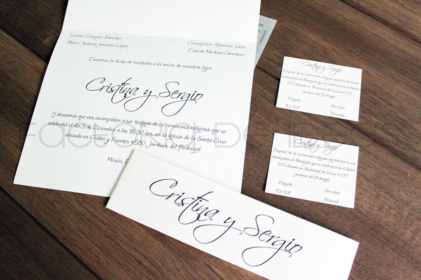 Invitación formal con listón de papel impreso con nombres de los novios