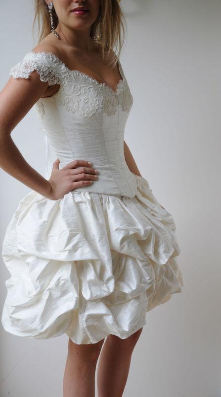 Robe de mariée Victoria version courte en soie et dentelle de Calais Agnès Szabelewski