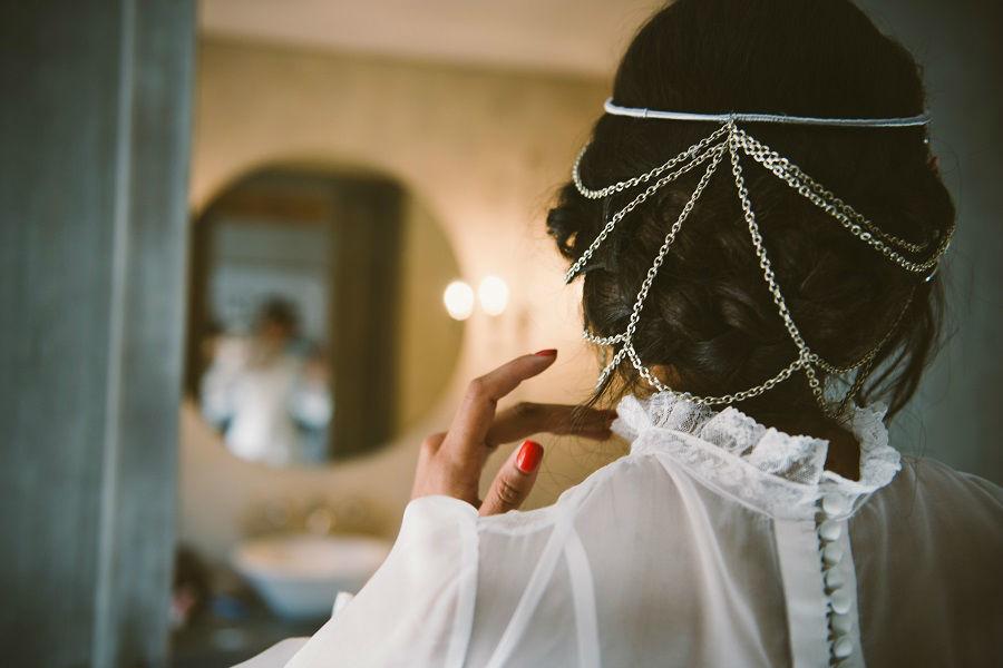 Vestido con cuerpo de valencienne y plumeti y con falda de muselina de Cristina Piña.